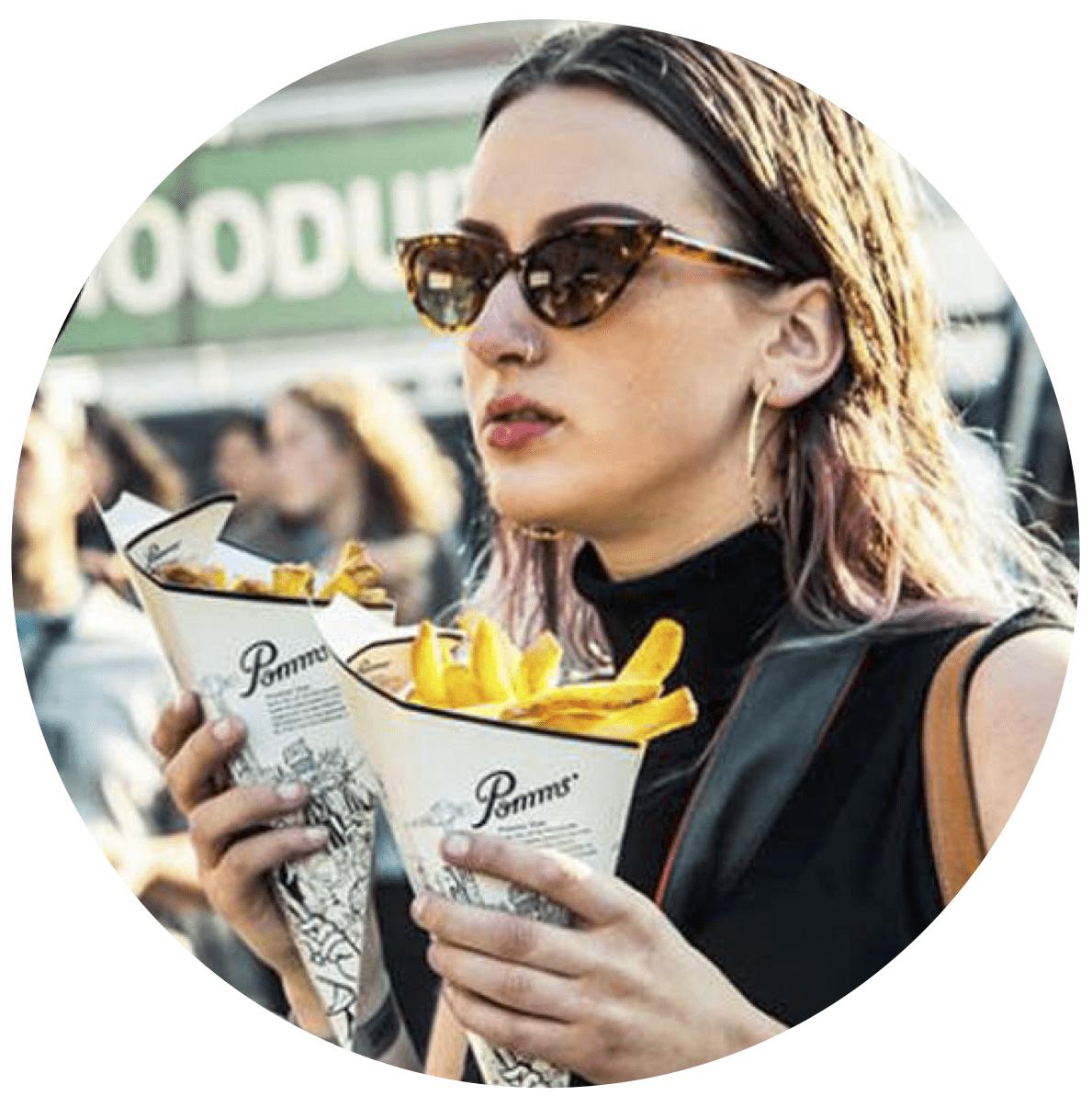 defrieschoolbus.nl | verhuur friet(foodtrucks) | Nederland | meisje met friet