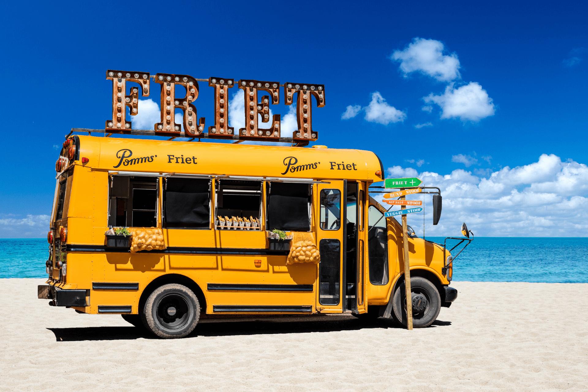 defrieschoolbus.nl | verhuur friet(foodtrucks) | Nederland | schoolbus friet strand